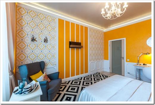 Сочетание обоев сплошного цвета в интерьере спальни создают яркое пространство