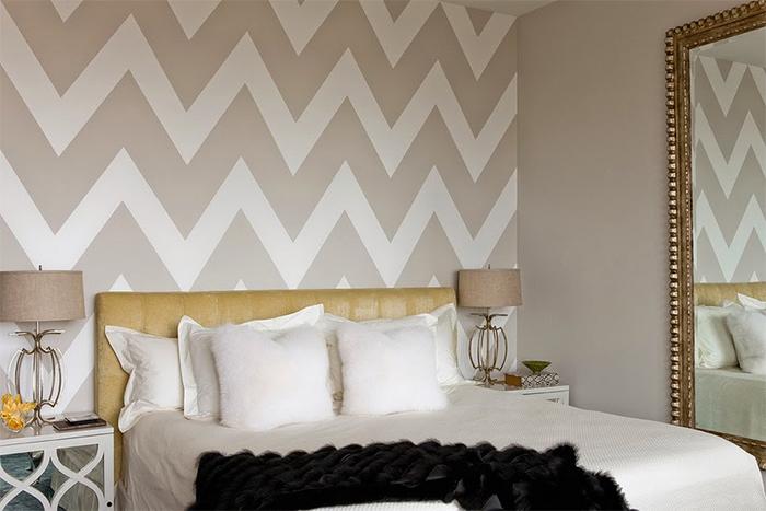 Зачастую сочетают два вида обоев однотонные варианты и с узором чтобы придать спальне ощущения большего пространства чем есть на самом деле