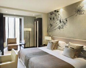 Спальня 12 кв. м., оформленная в серо-белой гамме