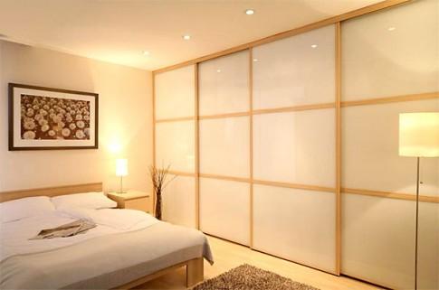 Встроенный белый шкаф как нельзя кстати подход к данному дизайну