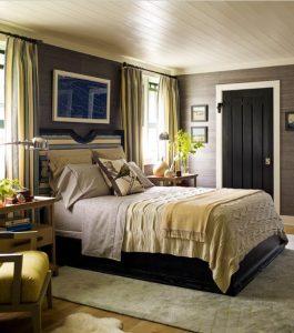 габаритная кровать в небольшой спальне