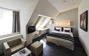 окрашенный потолок в спальне
