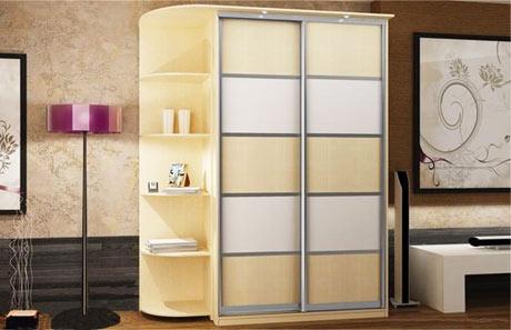 Светлый шкаф в спальне идеально подходит под цвет стены, и очень гармонично вписывается в интерьер спальной комнаты