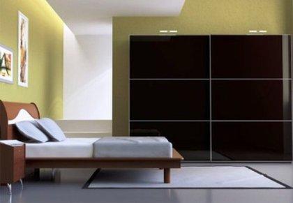 Шкаф тёмного цвета на мой взгляд создаёт мистическую атмосферу в интерьере спальни