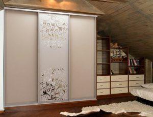 Бежевый шкаф с цветочками