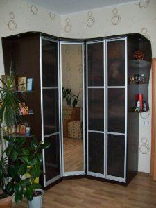 Шкаф из ДСП со стеклянными дверками