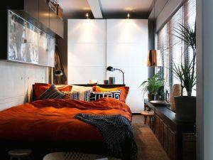 Спальня с кроватью возле стены