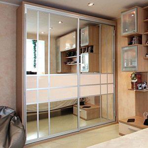Шкаф в спальню с зеркальными дверками