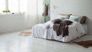 Белый паркетный пол в интерьере спальни