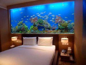 Большой аквариум в интерьере спальни