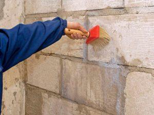 Для того, чтобы штукатурить стены нужно использовать грунтовку