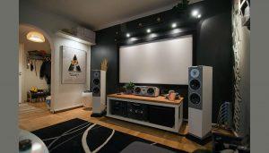 Дорогая и современная музыкальная система в спальной комнате