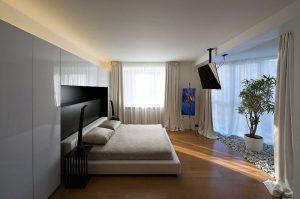 Где повесить телевизор в спальне