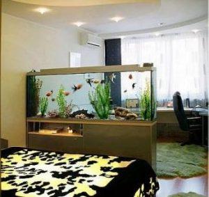 Интерьер спальни с аквариумом