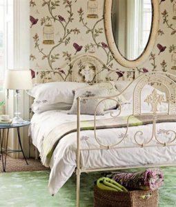 Интерьер спальни с использование красивых аксессуаров