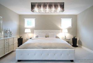 Интерьер спальни с практичным комбинированным освещением