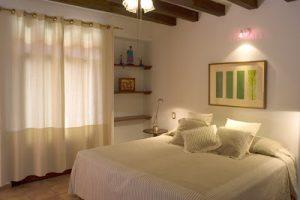 Использование современного кобинированного освещения в спальне