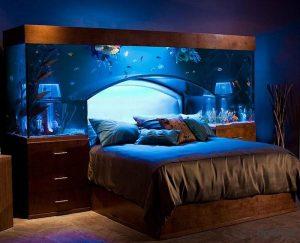 Используем практичный аквариум в спальне