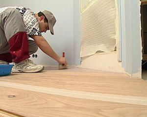 Как совершить покраску пола в спальне