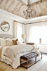 Кованая люстра для оформления интерьера спальни