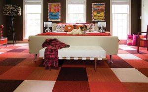 Ковровые плитки как противоскользящий пол в спальне