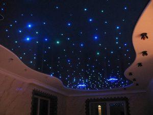 Красивое звездное небо на натяжном потолке в спальне