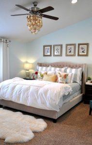 Люстра с вентилятором в светлой спальне