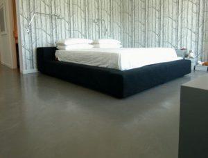 Наливной противоскользящий пол для организации спальной комнаты