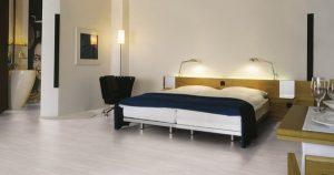 Напольное покрытие ламинат в спальне