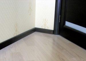 Напольный плинтус в спальне под цвет дверей