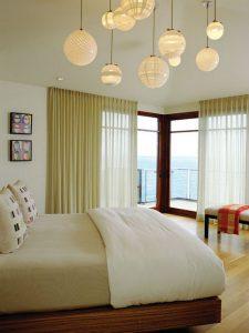 Несколько потолочных люстр в интерьере спальни