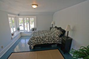 Окрашенный пол в спальне