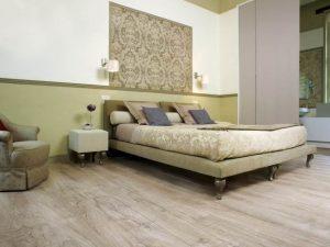 Практичный ламинат, уложенный в просторной спальне