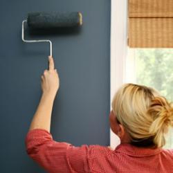 Правильные методы покраски стен в спальне