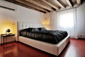 Правильный вариант размещения кондиционера в спальне