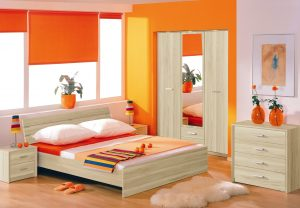 Просторная оранжевая спальня