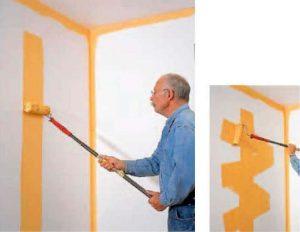 Работа с валиком во время покраски стен