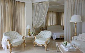 Шикарный интерьер белой спальни