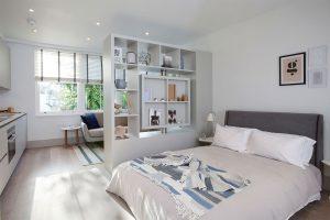 Современная перегородка в обустройстве спальни
