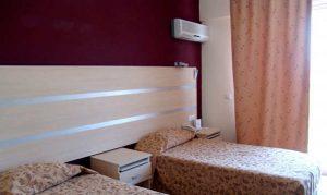 Современный кондиционер, размещенный в спальне