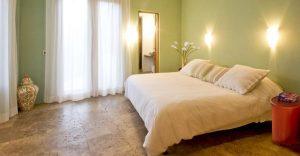 Созданный противоскользящий пол в спальной комнате