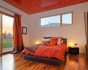 Спальня оформленная в ярких оранжевых тонах