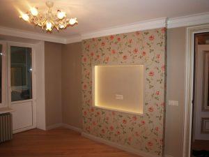 Спальня с коробом из гипсокартона для размещения телевизора