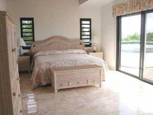 Спальня с напольным покрытием, имеющим противоскользящие свойства