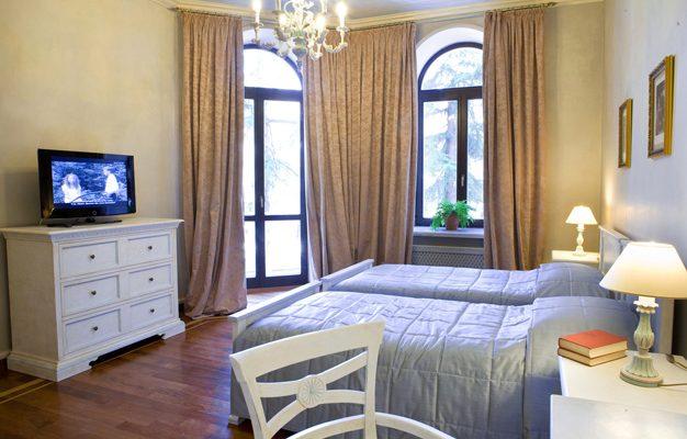Традиционный вариант размещения телевизора в спальной комнате