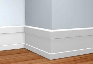 Установленный белый плинтус в спальне