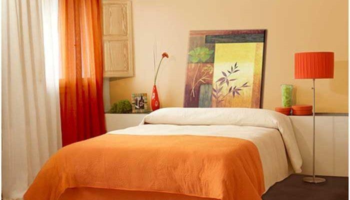 Яркая оранжевая спальня