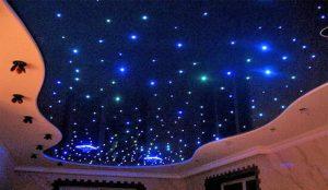 Яркий звездный потолок в спальне