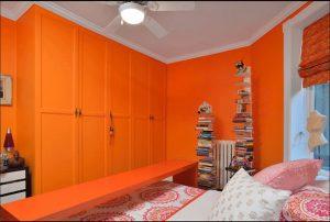 Яркость интерьера спальни в оранжевом цвете