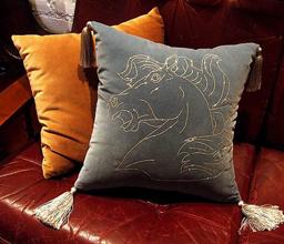 Декоративные подушки в интерьере дома